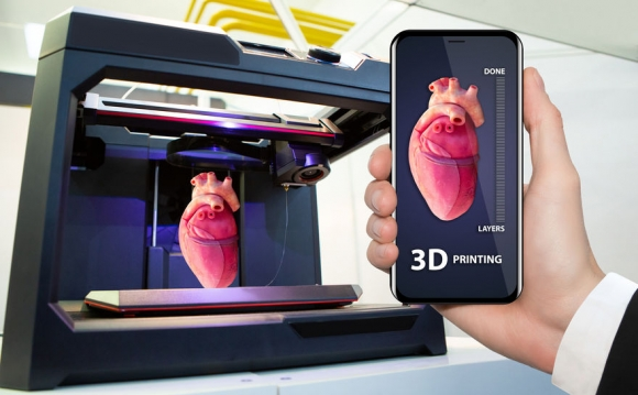 Hand with phone. Application for printing human organs in a 3D printer (Forrás: 123 rf.com)