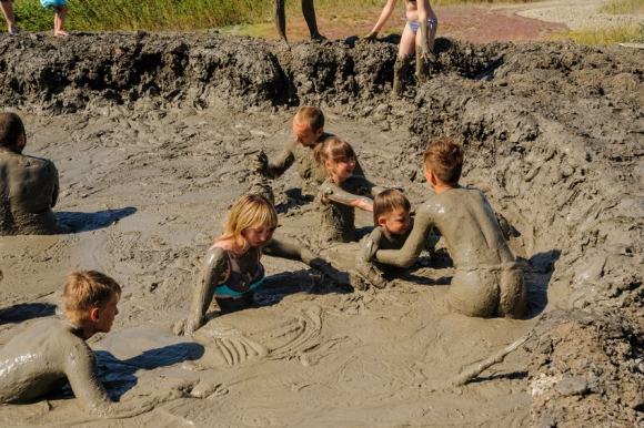 Kuchugury, Russia - July 16, 2017: Azov scorching heat mud volcano. People take procedures with healing mud (Forrás: 123rf)